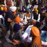 Bhai Gurbaksh Singh Khalsa sorrounded by others on 34th day of his hunger strike