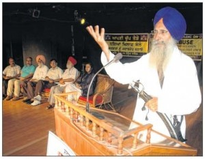 Giani Kewal Singh addressing the gathering during a seminar against Drugs abuse and trade in Punjab (Amritsar - August 05, 2013)